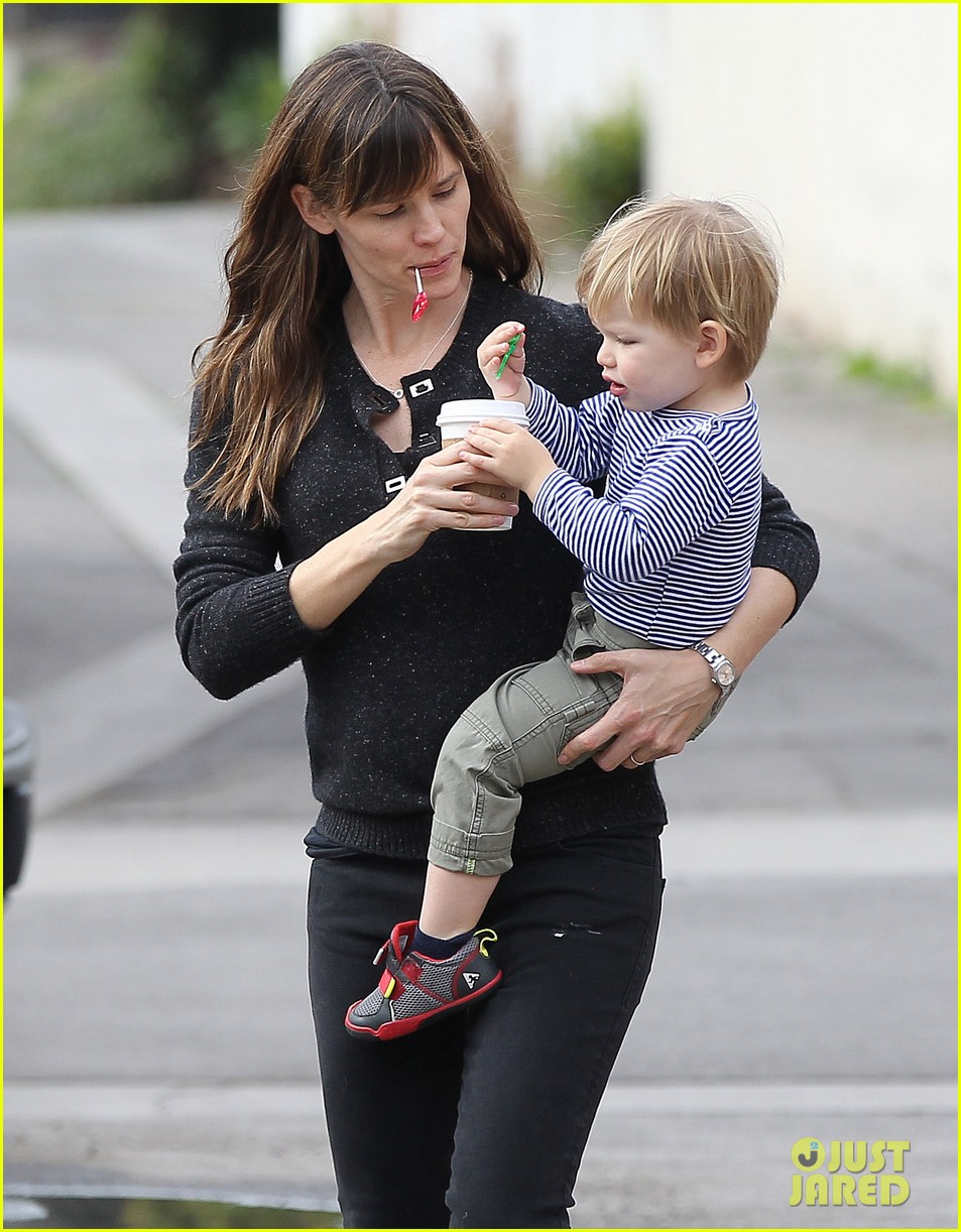 jennifer garner ben afflecks batman suit is totally cool 113039481