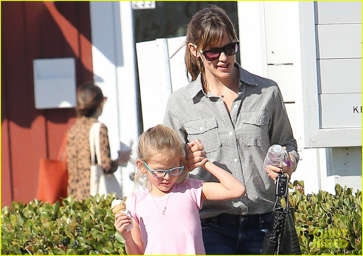 jennifer garner treats violet to an ice cream cone 023041775