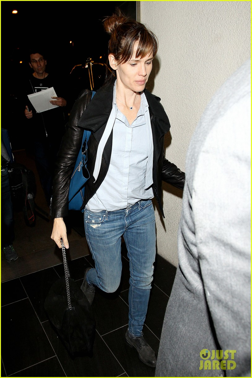 jennifer garner flies out of lax before sag awards 04