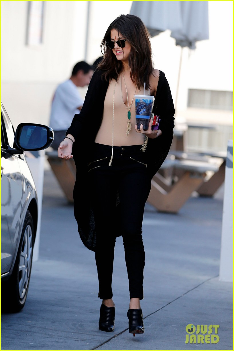 selena gomez steps out after ex justin biebers arrest 05