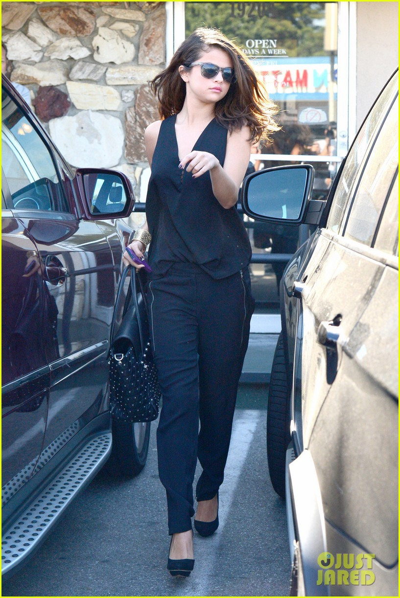 selena gomez steps out after austin mahone dating rumors 013043666