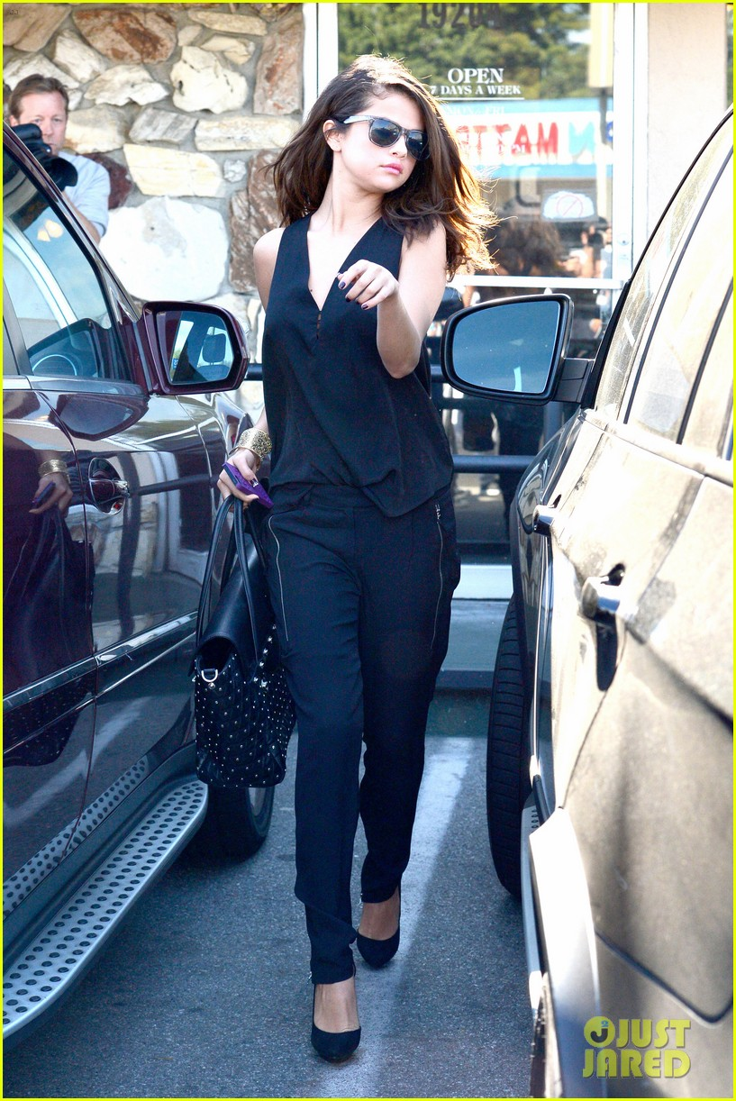 selena gomez steps out after austin mahone dating rumors 083043673