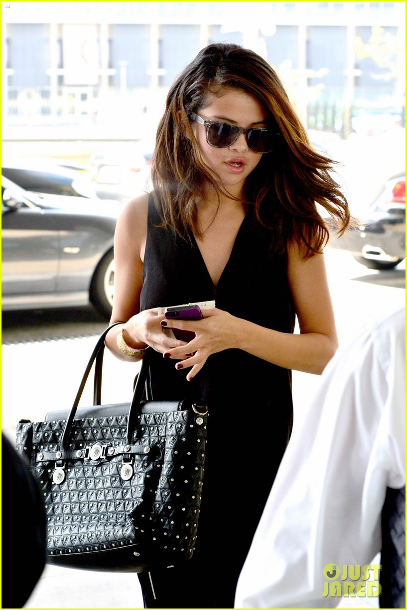 selena gomez steps out after austin mahone dating rumors 103043675