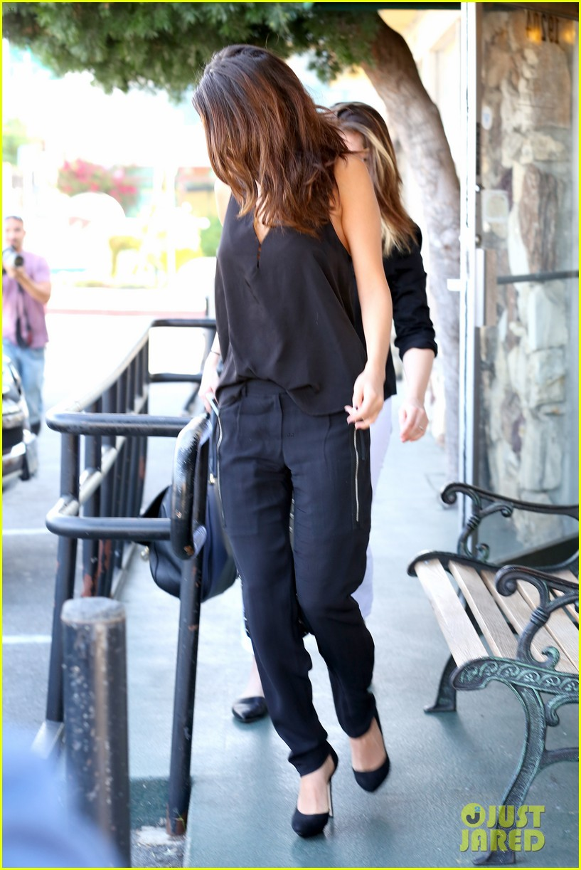 selena gomez steps out after austin mahone dating rumors 23