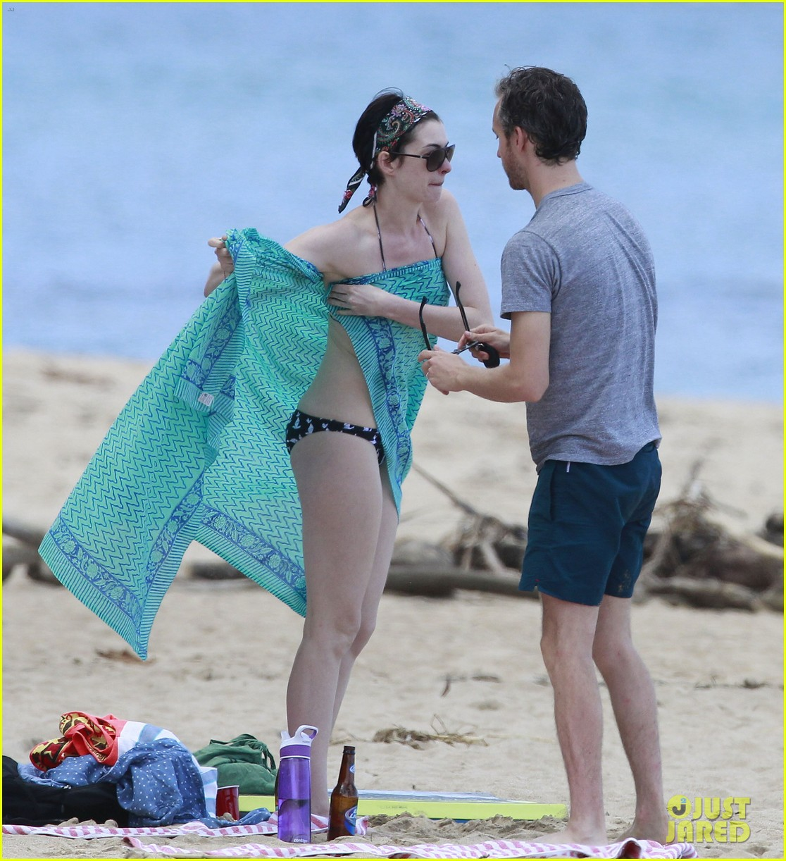 anne hathaway dons bikini top for hawaii beach stroll 18