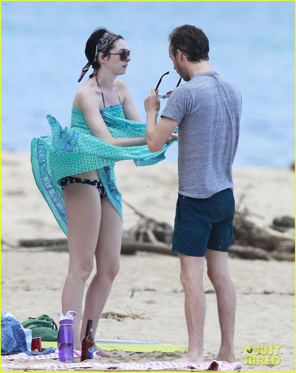 anne hathaway dons bikini top for hawaii beach stroll 19