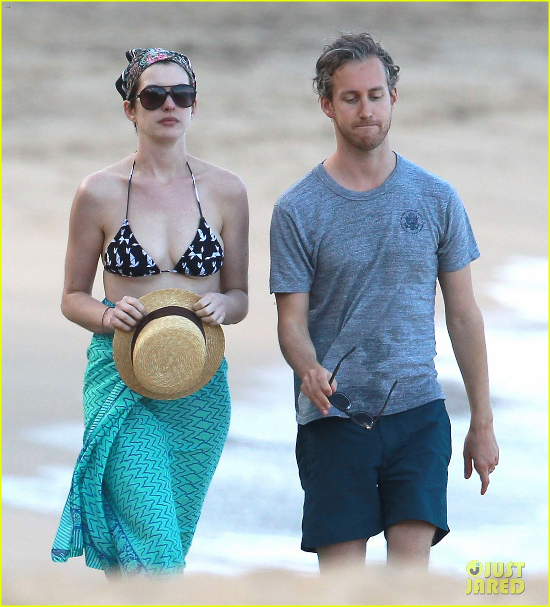 anne hathaway dons bikini top for hawaii beach stroll 32