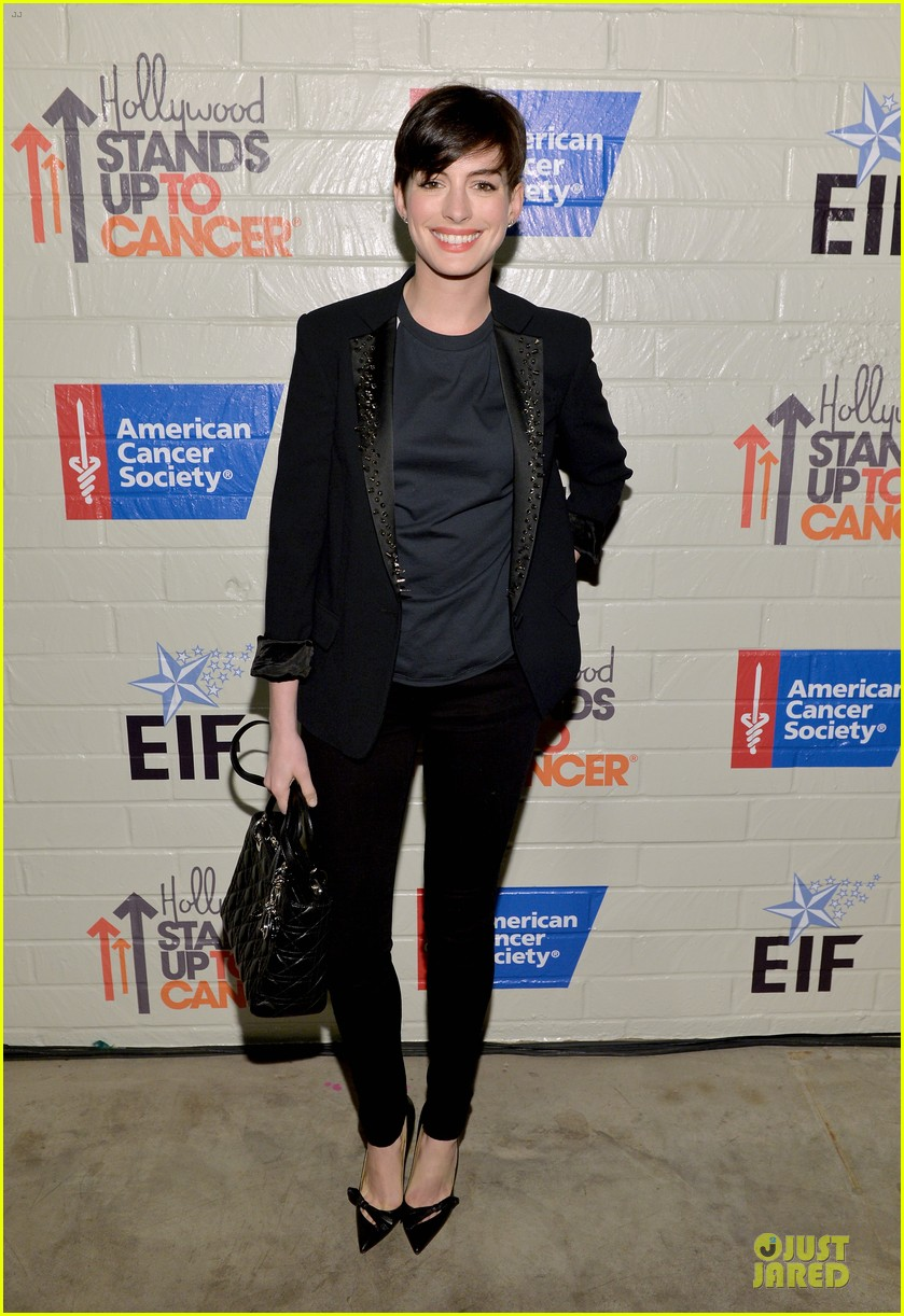 anne hathaway jesse tyler ferguson smile for stand up to cancer 163043264