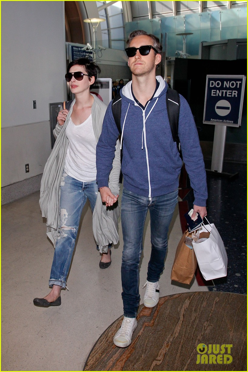 anne hathaway adam shulman escape to hawaii for romantic getaway 153023438