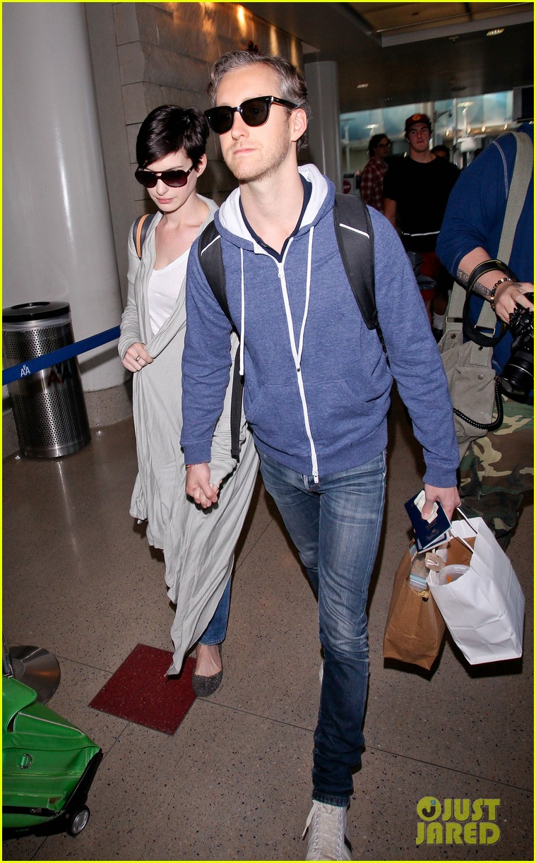 anne hathaway adam shulman escape to hawaii for romantic getaway 17