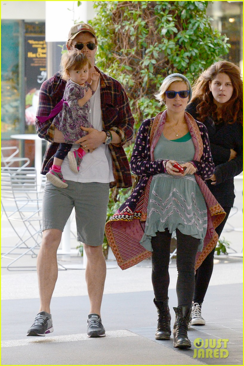 chris hemsworth true food lunch with elsa pataky india 273025930