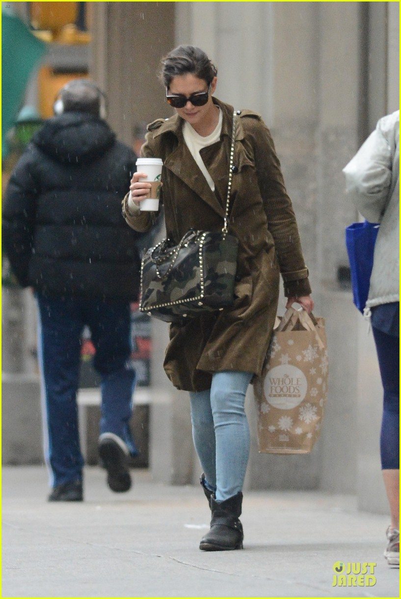 katie holmes braves weekend rain with starbucks coffee 01