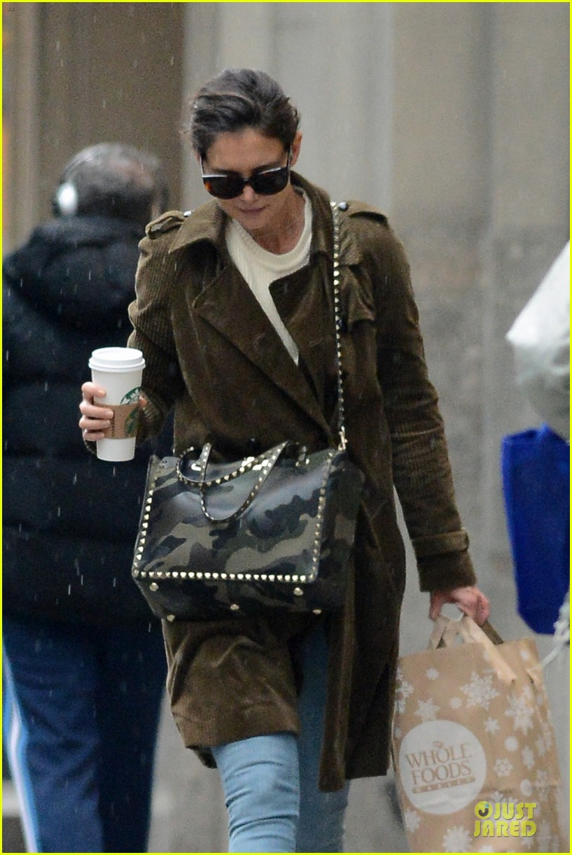 katie holmes braves weekend rain with starbucks coffee 07