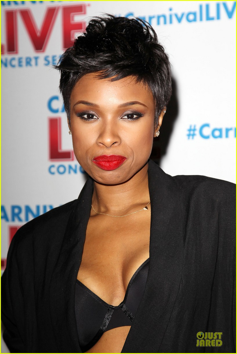 jennifer hudson flaunts black bra at carnival live performance 02