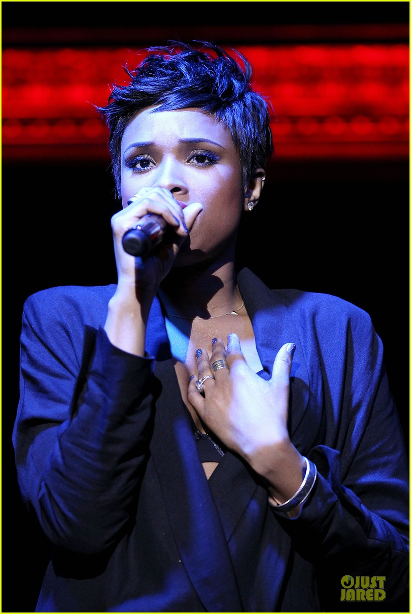 jennifer hudson flaunts black bra at carnival live performance 16