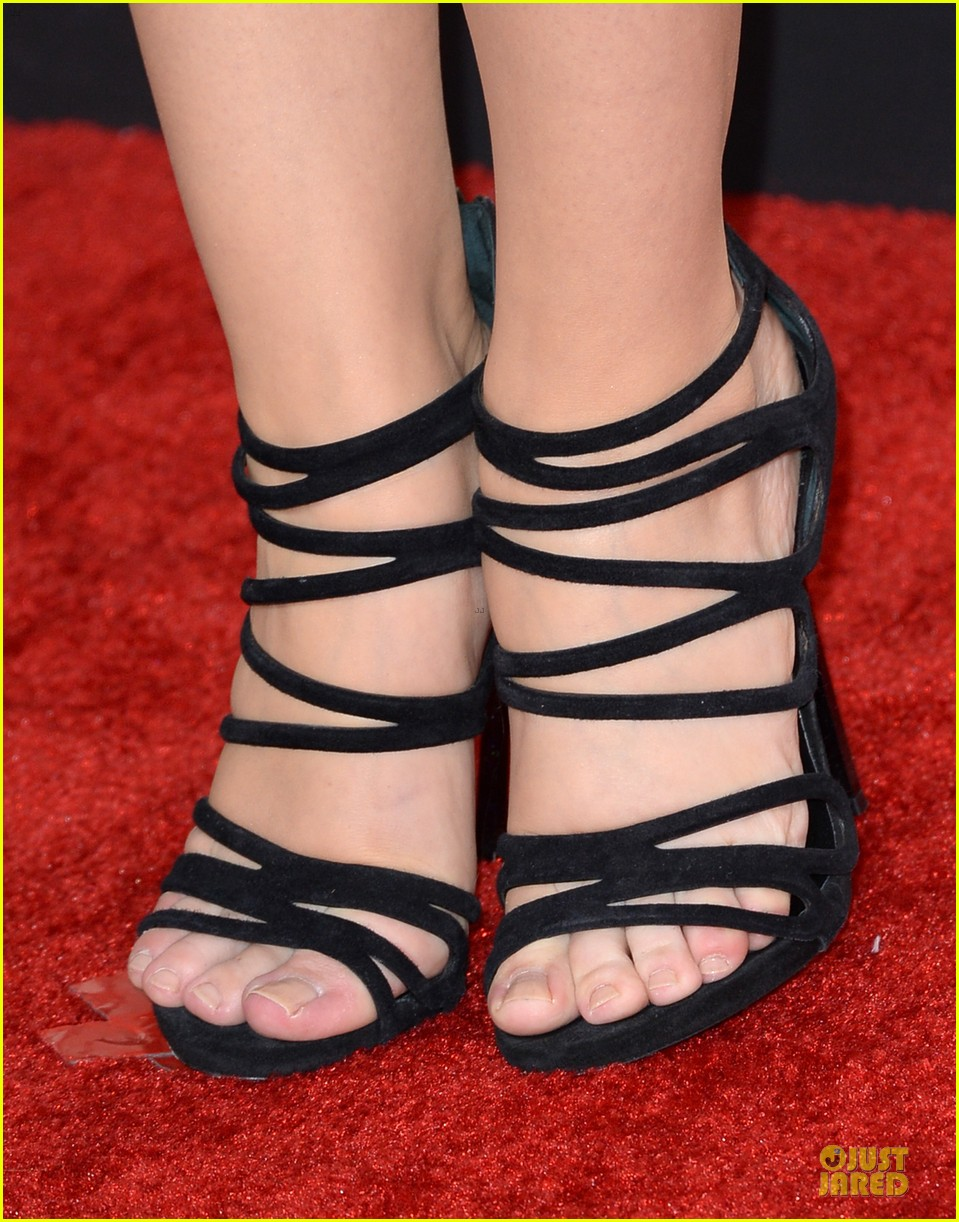 sarah hyland grammys 2014 red carpet 09