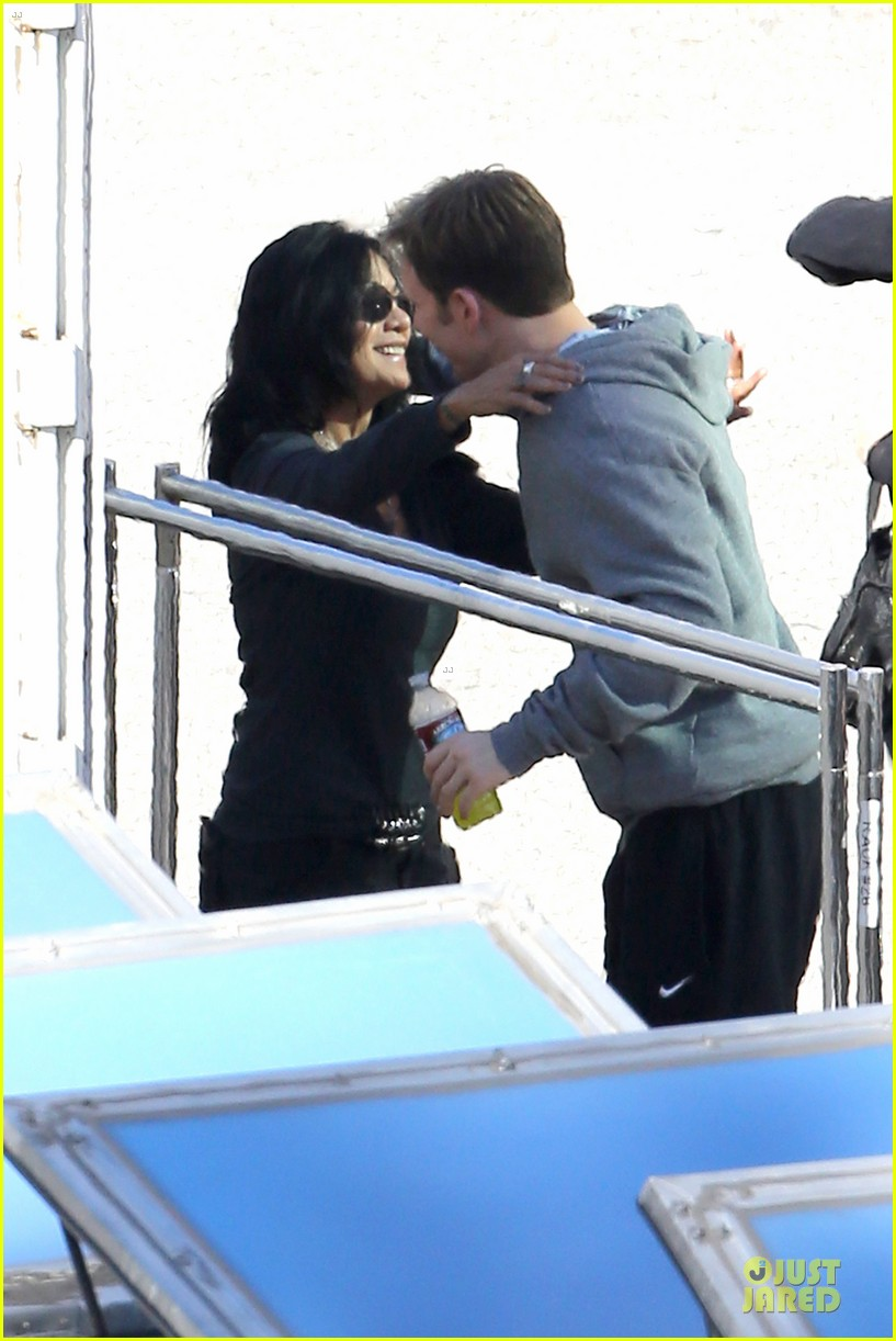 scarlett johansson captain america 2 set with scarred chris martin 133030821