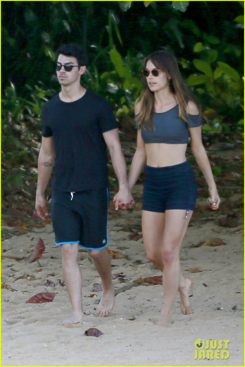 joe nick jonas shirtless beach brothers in hawaii 073024921