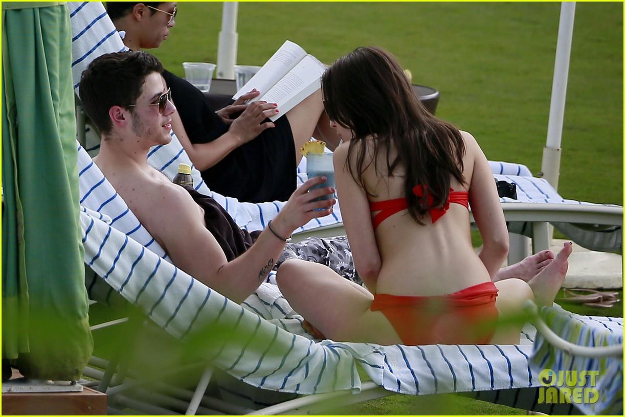 joe nick jonas shirtless beach brothers in hawaii 083024922