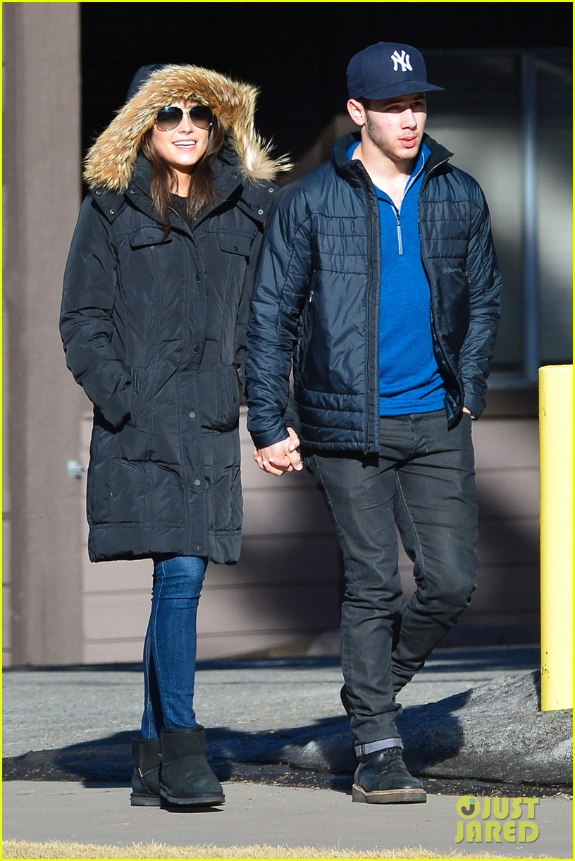 nick jonas olivia culpo hold hands in chilly mammoth 06