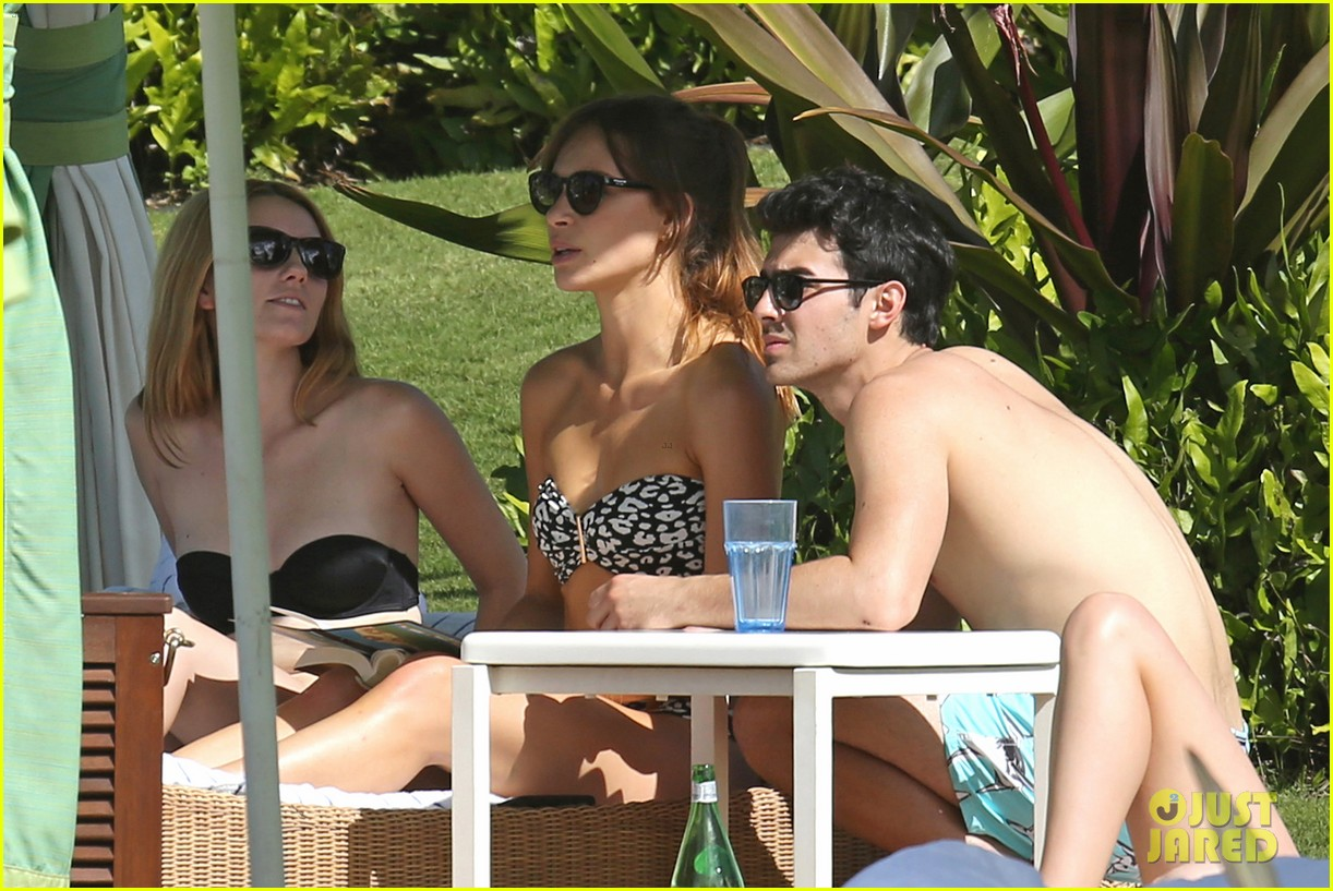 joe jonas shirtless beach frisbee player in hawaii 06