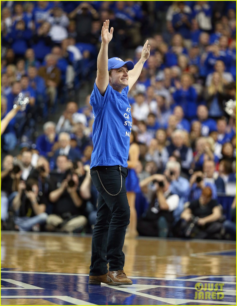 josh hutcherson gets greeted with district 12 salute at kentucky wildcats game 013021004