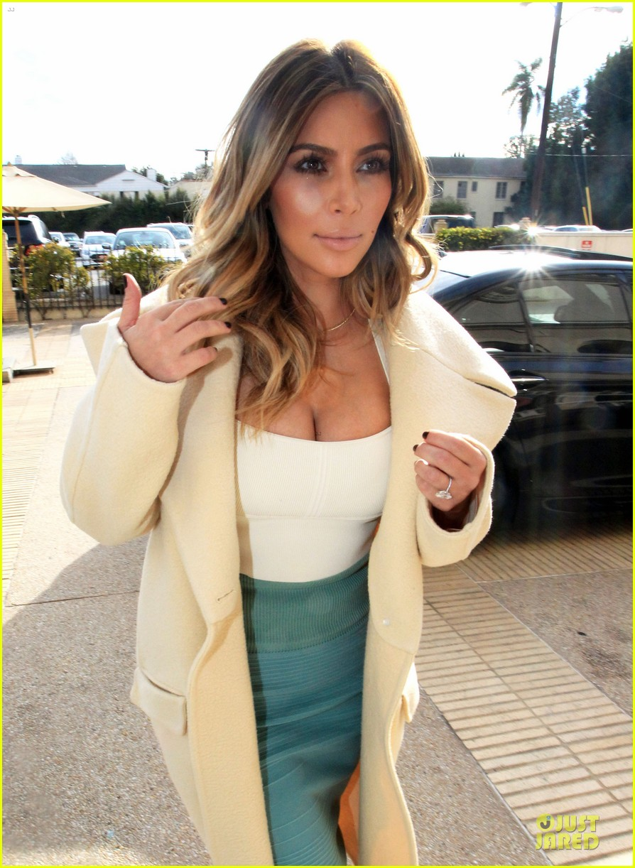 kim kardashian bares cleavage for barneys shopping trip 02