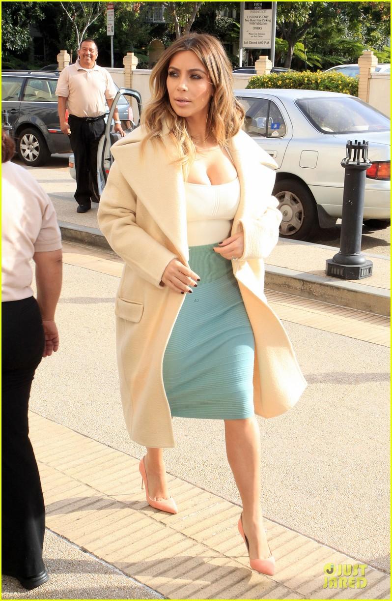 kim kardashian bares cleavage for barneys shopping trip 06