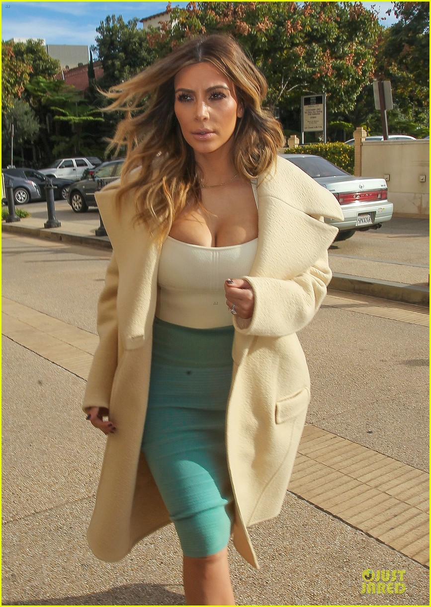 kim kardashian bares cleavage for barneys shopping trip 10
