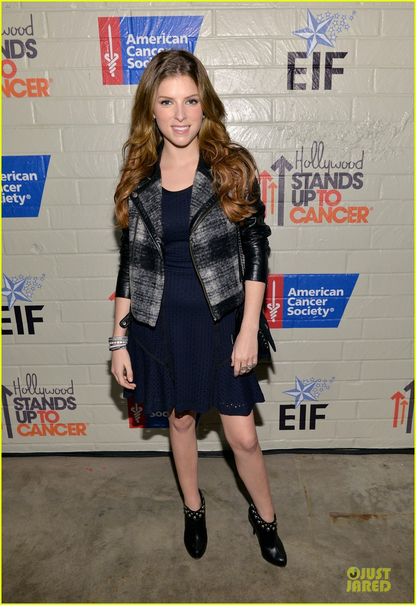 anna kendrick emma roberts all legs at stand up to cancer event 01