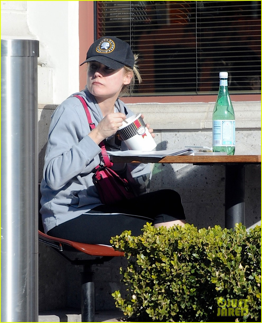 diane kruger grabs food at gelsons after weekend workout 04