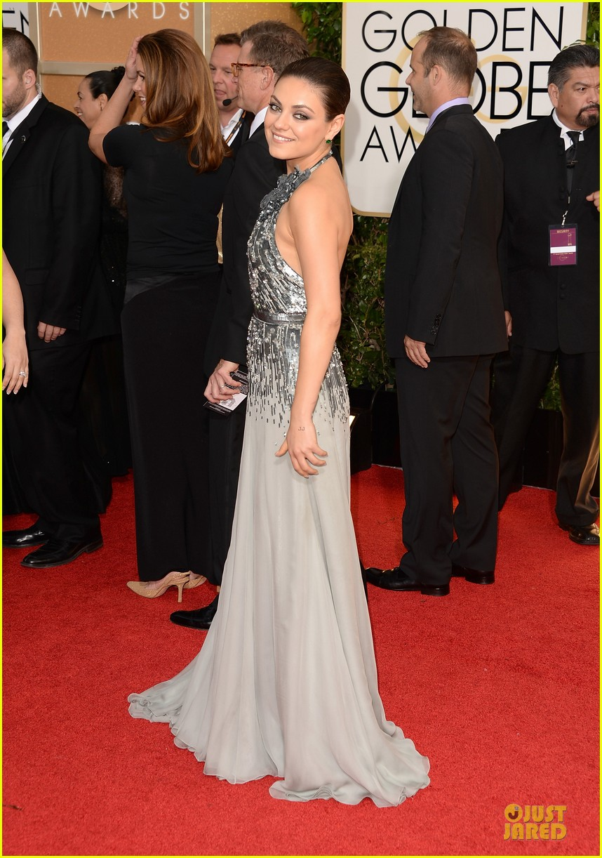mila kunis golden globes 2014 red carpet 053029343