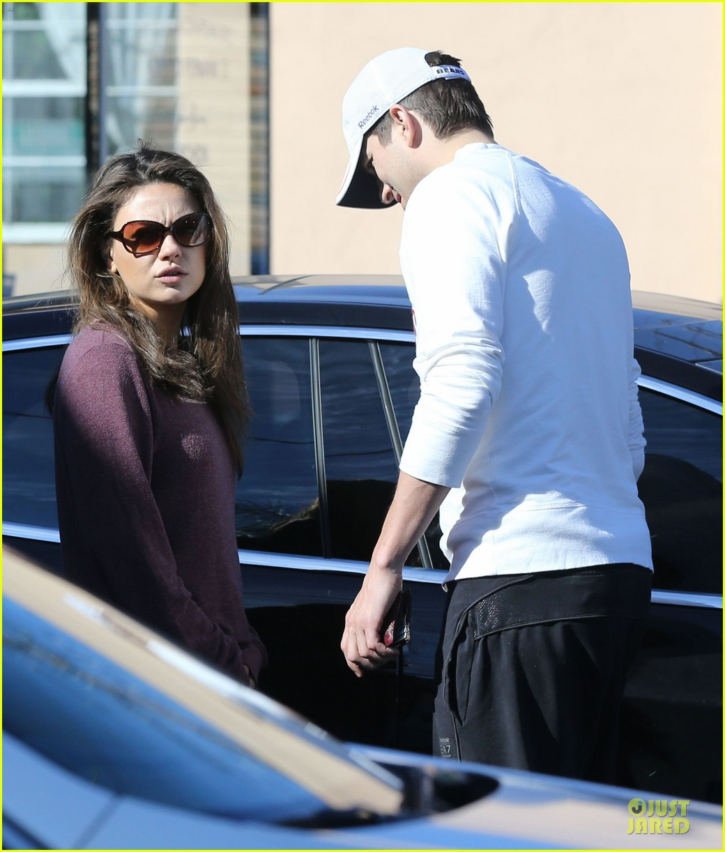ashton kutcher mila kunis nail salon weekend pair 09