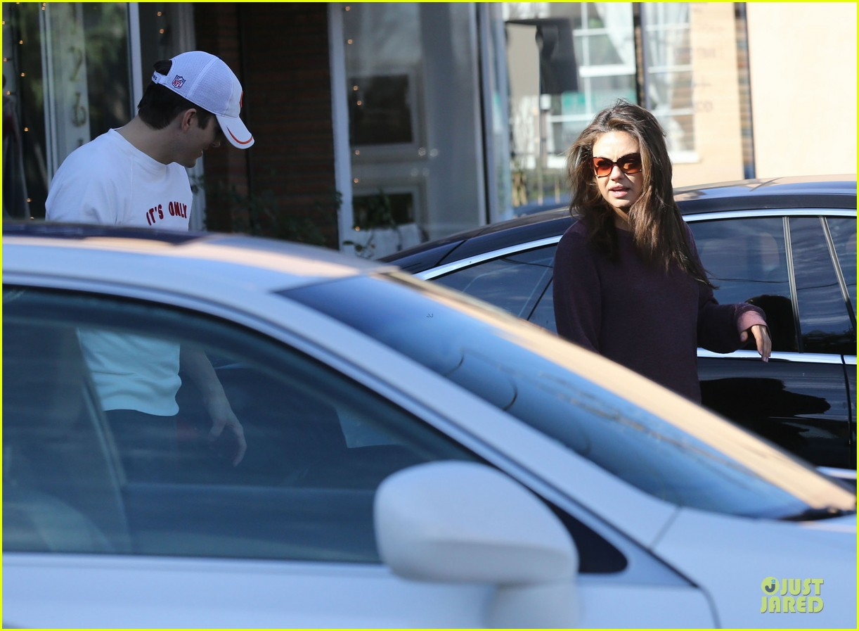 ashton kutcher mila kunis nail salon weekend pair 15