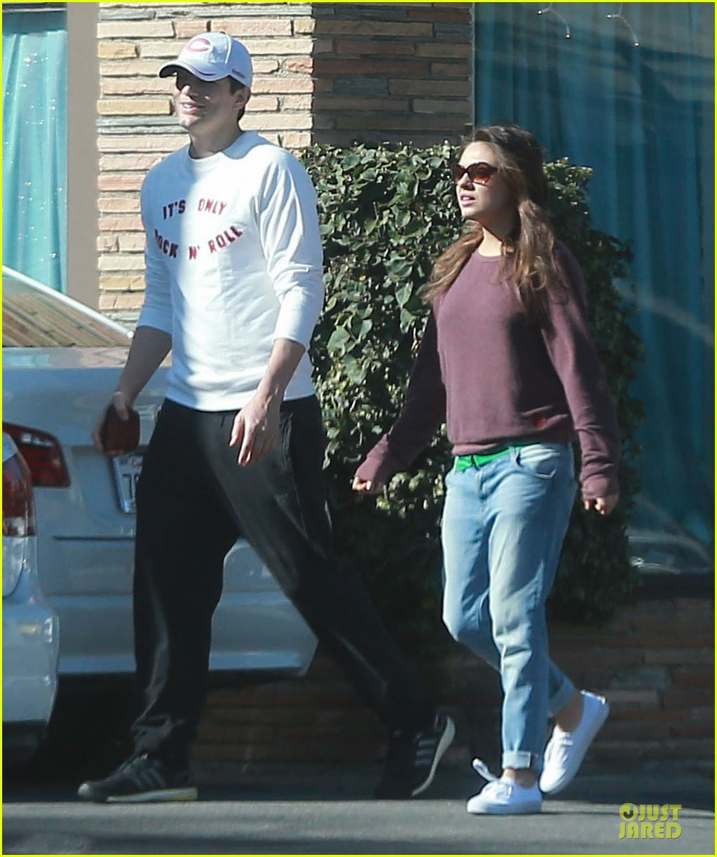 ashton kutcher mila kunis nail salon weekend pair 173034529