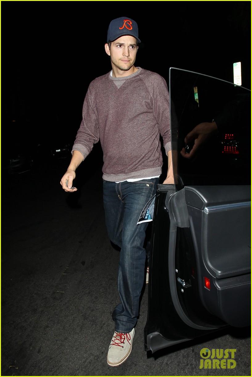 ashton kutcher tips valet after dinner with mila kunis 07