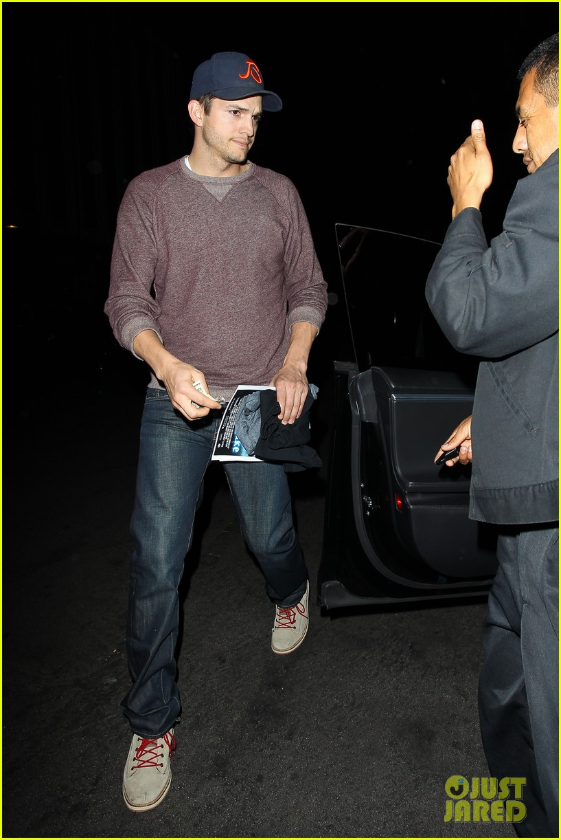ashton kutcher tips valet after dinner with mila kunis 093037828