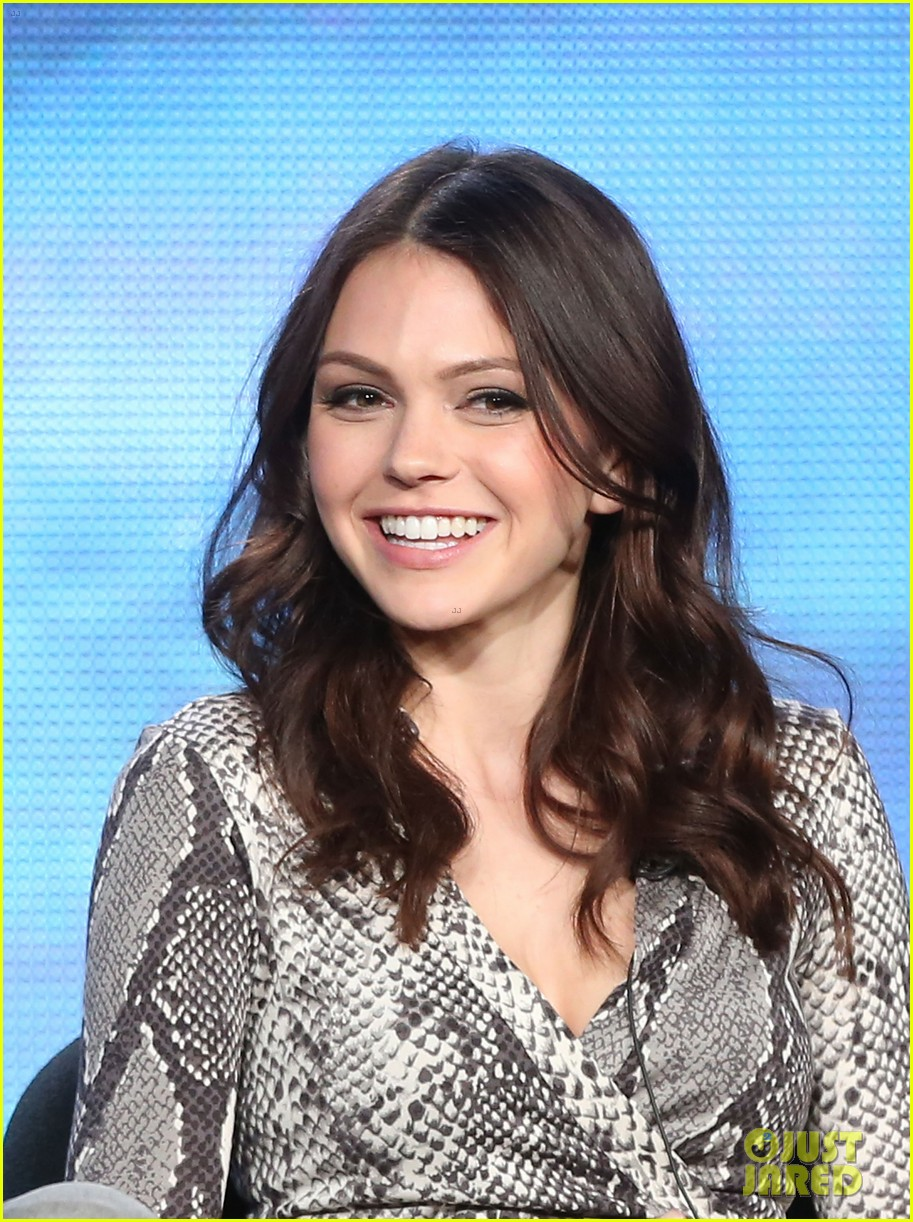 matt lanter aimee teegarden star crossed tca tour panel 01
