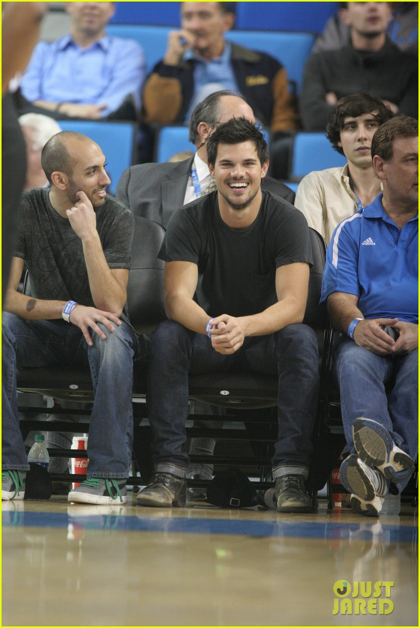 taylor lautner cheers on ucla at basketball game 043039198