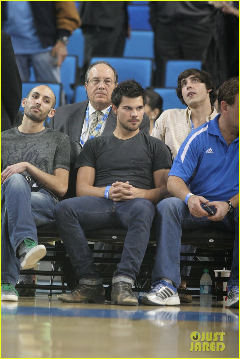 taylor lautner cheers on ucla at basketball game 06