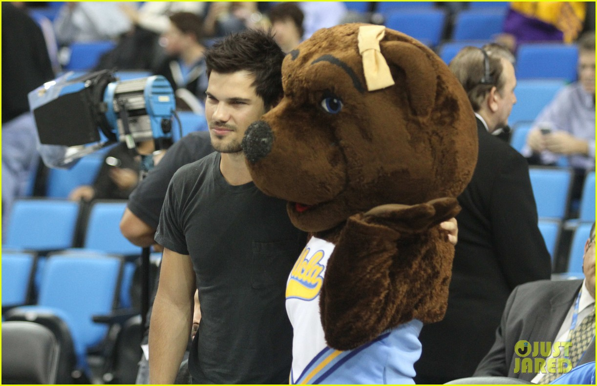 taylor lautner cheers on ucla at basketball game 13