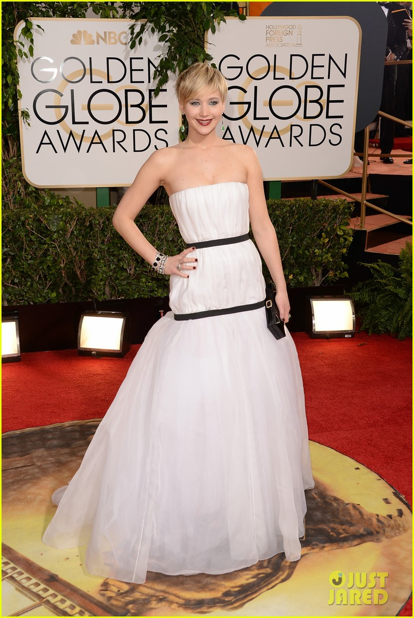 jennifer lawrence photobombs taylor swift at golden globes 03