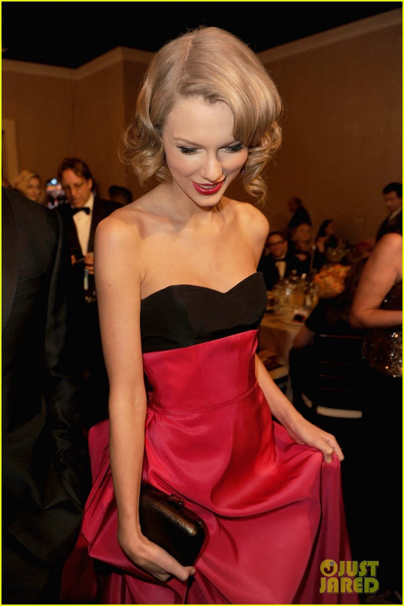 jennifer lawrence photobombs taylor swift at golden globes 10