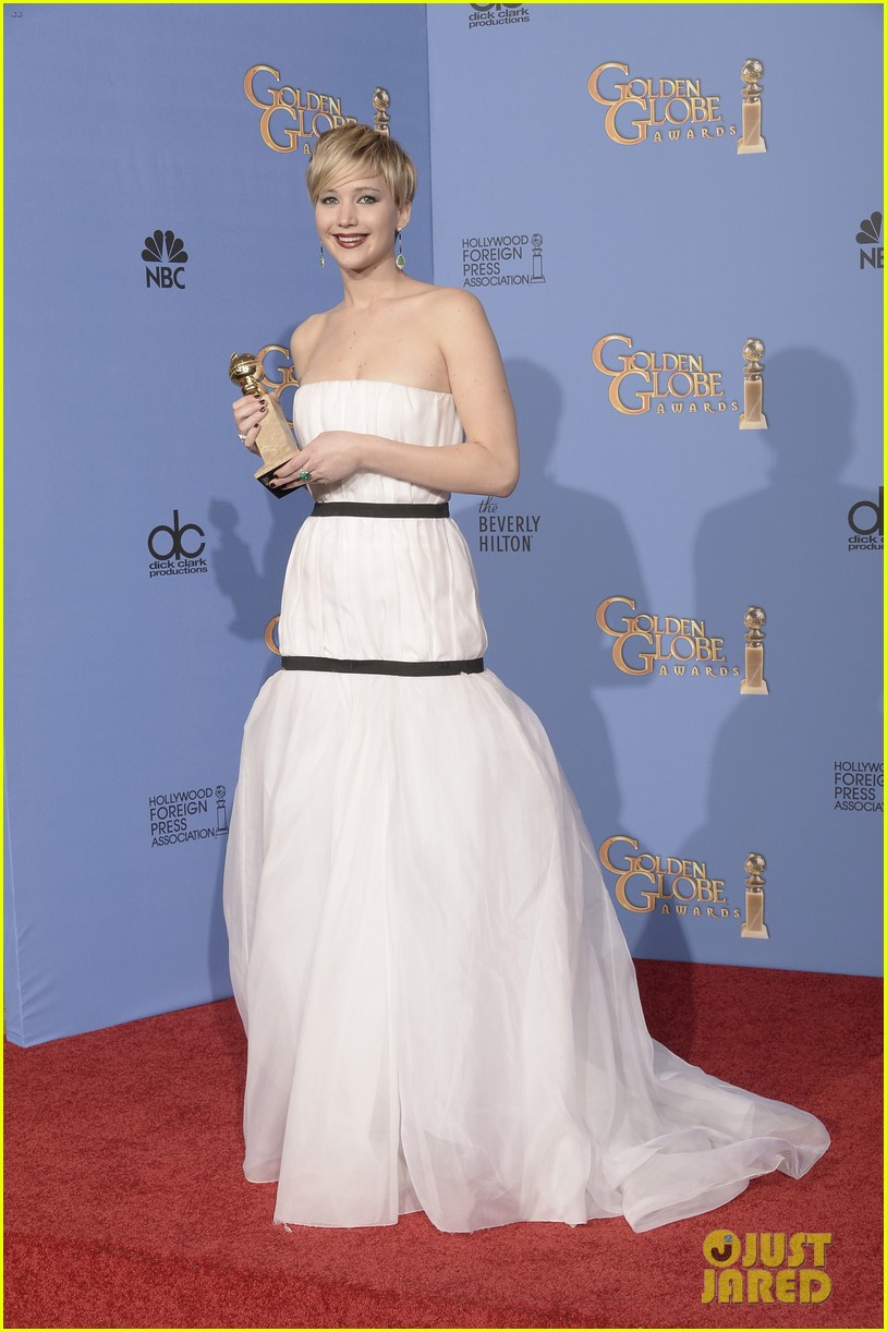jennifer lawrence shows off golden globe in press room photos 093029425