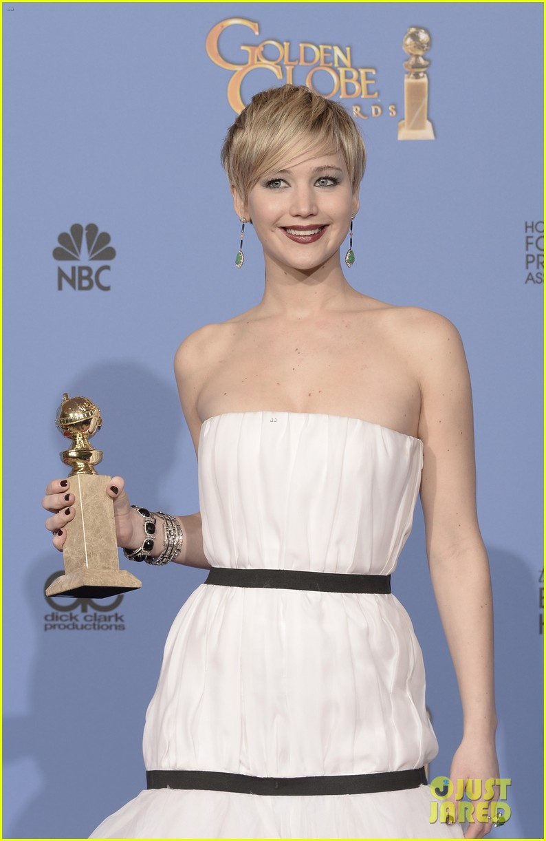 jennifer lawrence shows off golden globe in press room photos 10