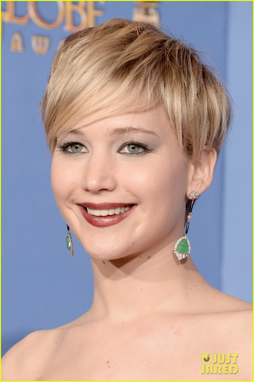jennifer lawrence shows off golden globe in press room photos 16