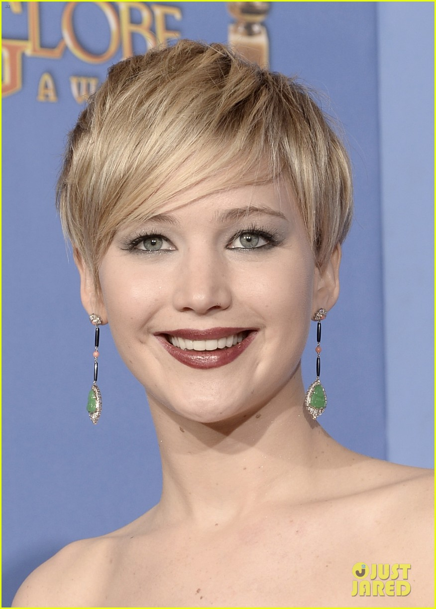 jennifer lawrence shows off golden globe in press room photos 19