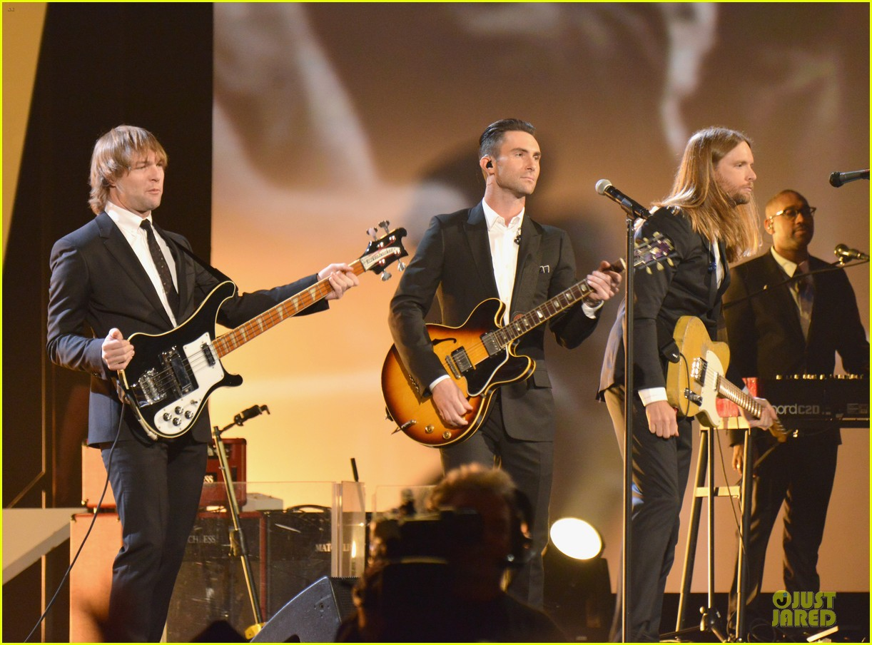 adam levine behati prinsloo backstage at beatles tribute 05
