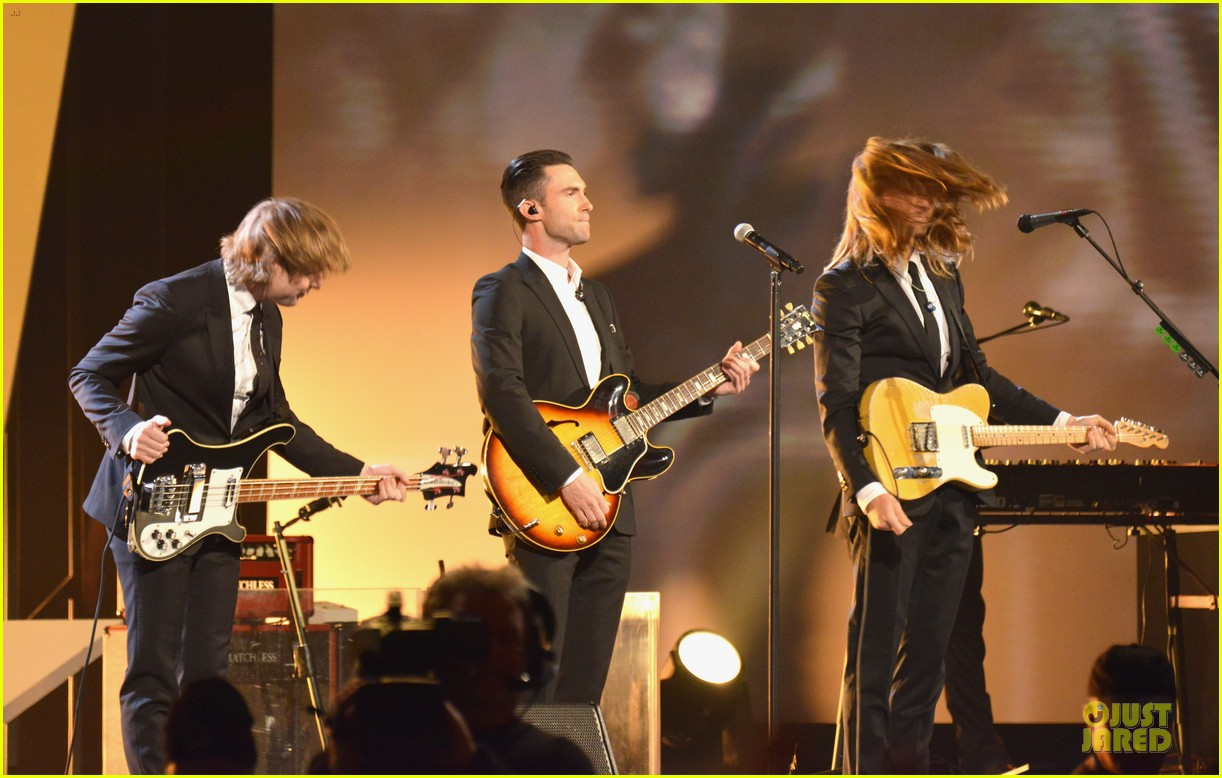adam levine behati prinsloo backstage at beatles tribute 15