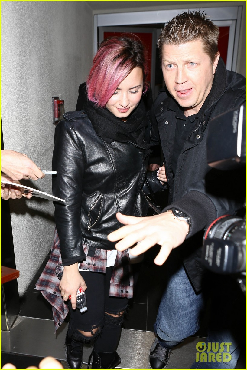 demi lovato not engaged to wilmer valderrama despite ring on that finger 083044805